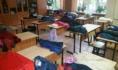Дети сидели в классах в куртках.