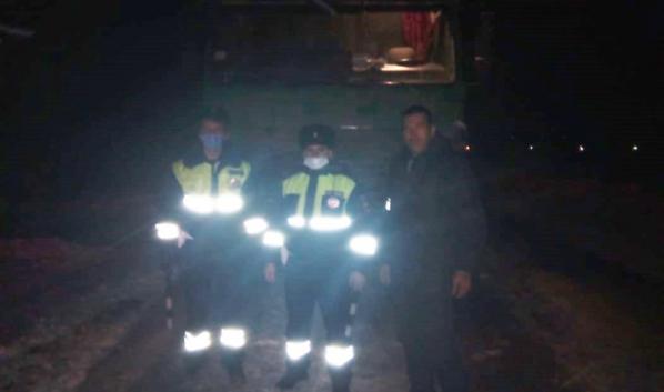 Госавтоинспекторы помогли водителю грузовика.