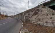 Состояние подпорной стены вызывает опасения.