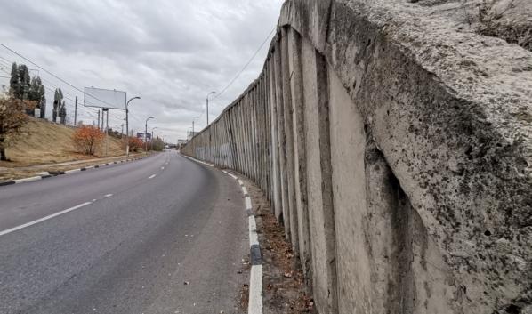 Подпорная стена накренилась.