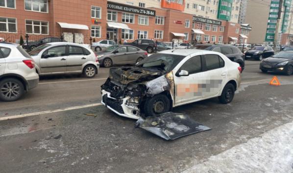 Автомобиль загорелся после ДТП.
