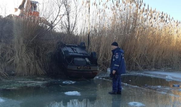 Машину подняли из реки спасатели.