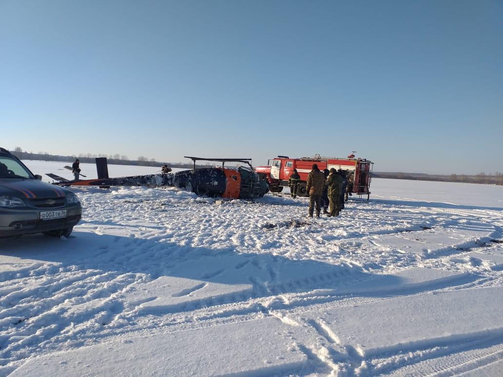 Вертолет упал в поле.