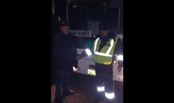 Инспекторы помогли починить автобус.