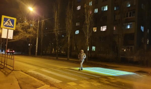 Проекторы освещают лишь половину дороги.