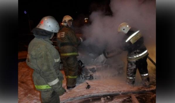 С огнем боролись четверо спасателей.