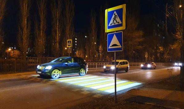 Подсвеченный пешеходный переход.