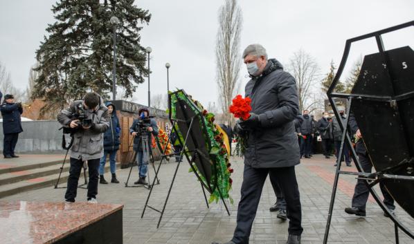 Губернатор Александр Гусев возложил цветы.