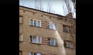 Из стены дома льет вода.