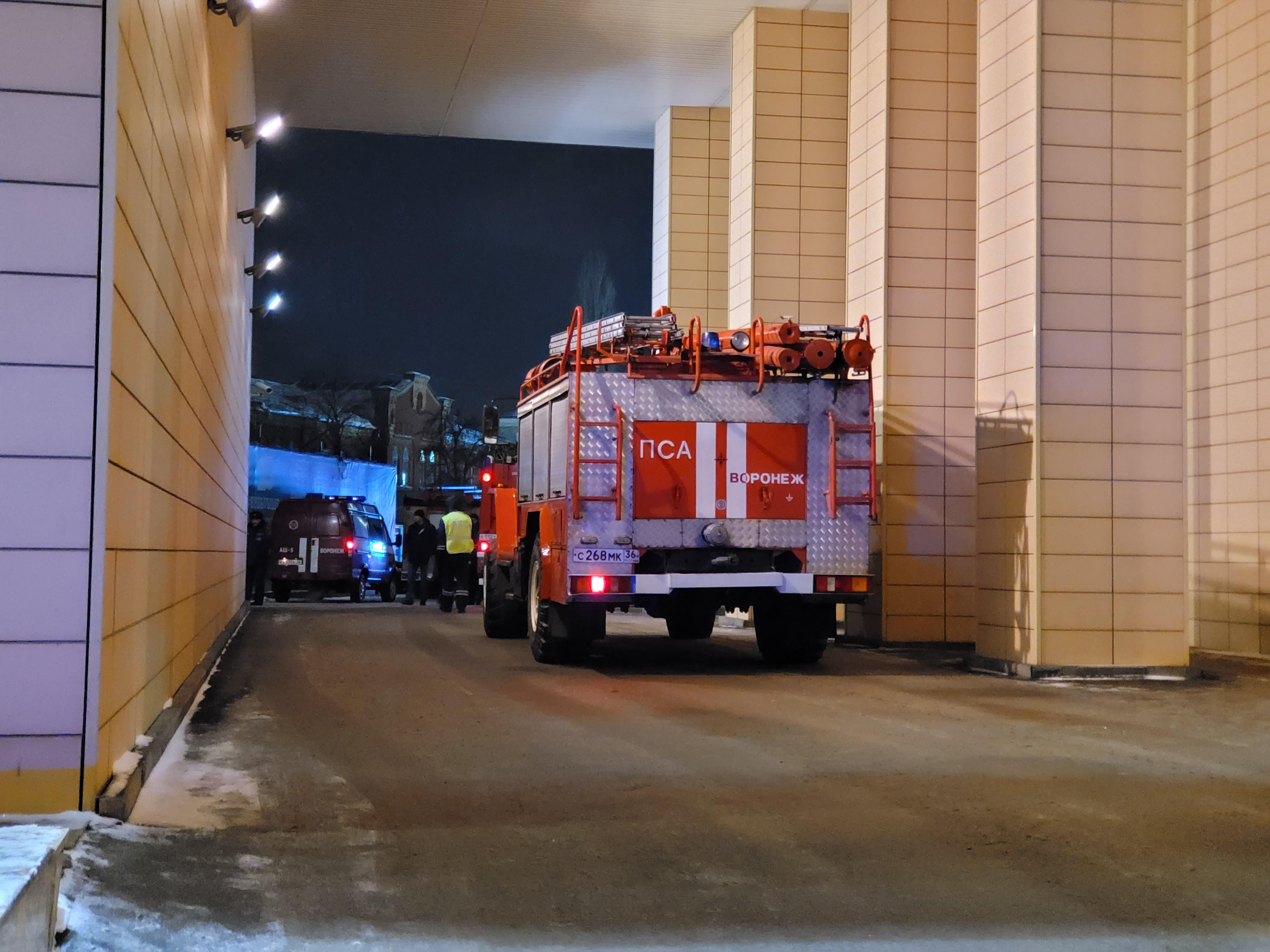 К зданию центра «Галереи Чижова» приехали спасатели.