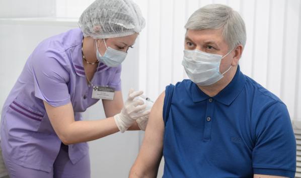 Губернатору сделали прививку от ковида.