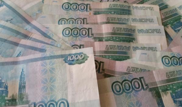 Женщина перевела деньги через банкомат.