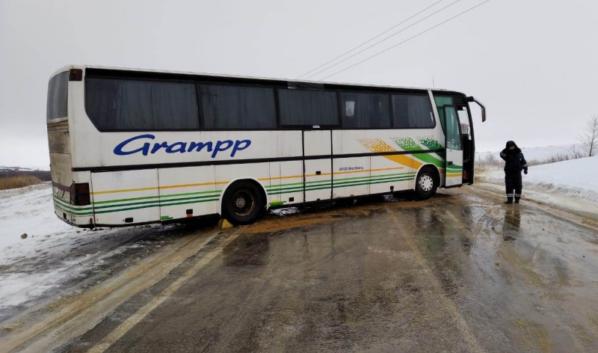 Автобус перекрыл движение по дороге.