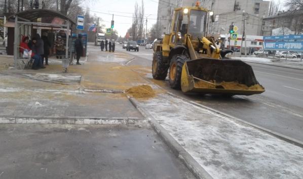 Обработка улиц песком с солью.