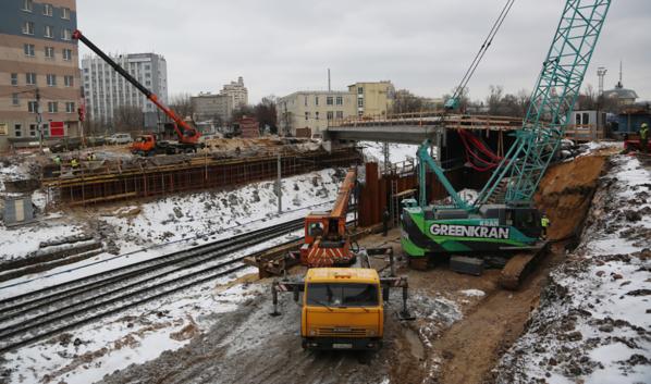 Реконструкция путепровода продолжается.