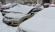 Платные парковки иногда засыпаны снегом.