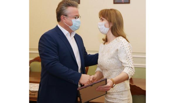 Мэр Вадим Кстенин отметил работу Ирины Науменко.