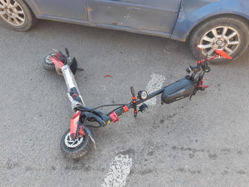 Иномарка столкнулась с электросамокатом.