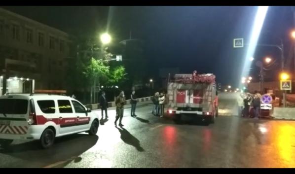 Пожарная машина проехала по виадуку первой.