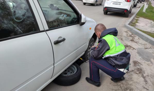 Полицейские помогли заменить поврежденное колесо.