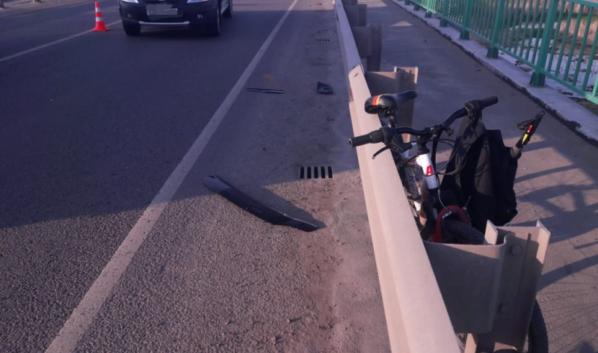 Автомобиль сбил велосипедиста.
