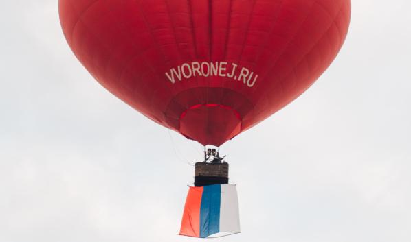 Запуск шара и флага в небо под Воронежем.