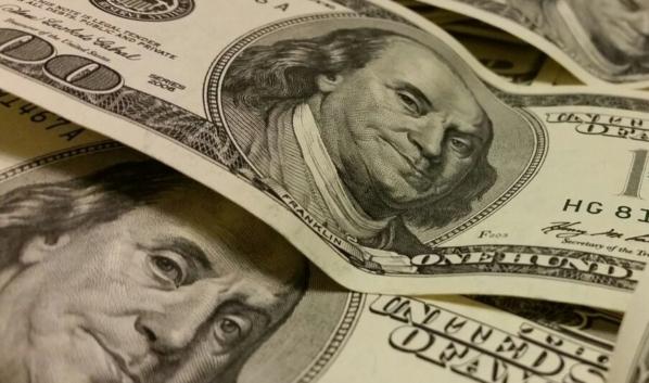 Мужчина пытался дать взятку долларами.