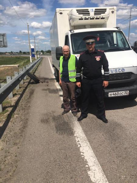 Инспекторы помогли водителю.