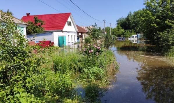 Дома и участки затопила вода.