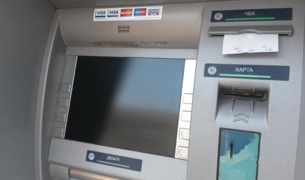 Горожанка перевела деньги через банкомат.