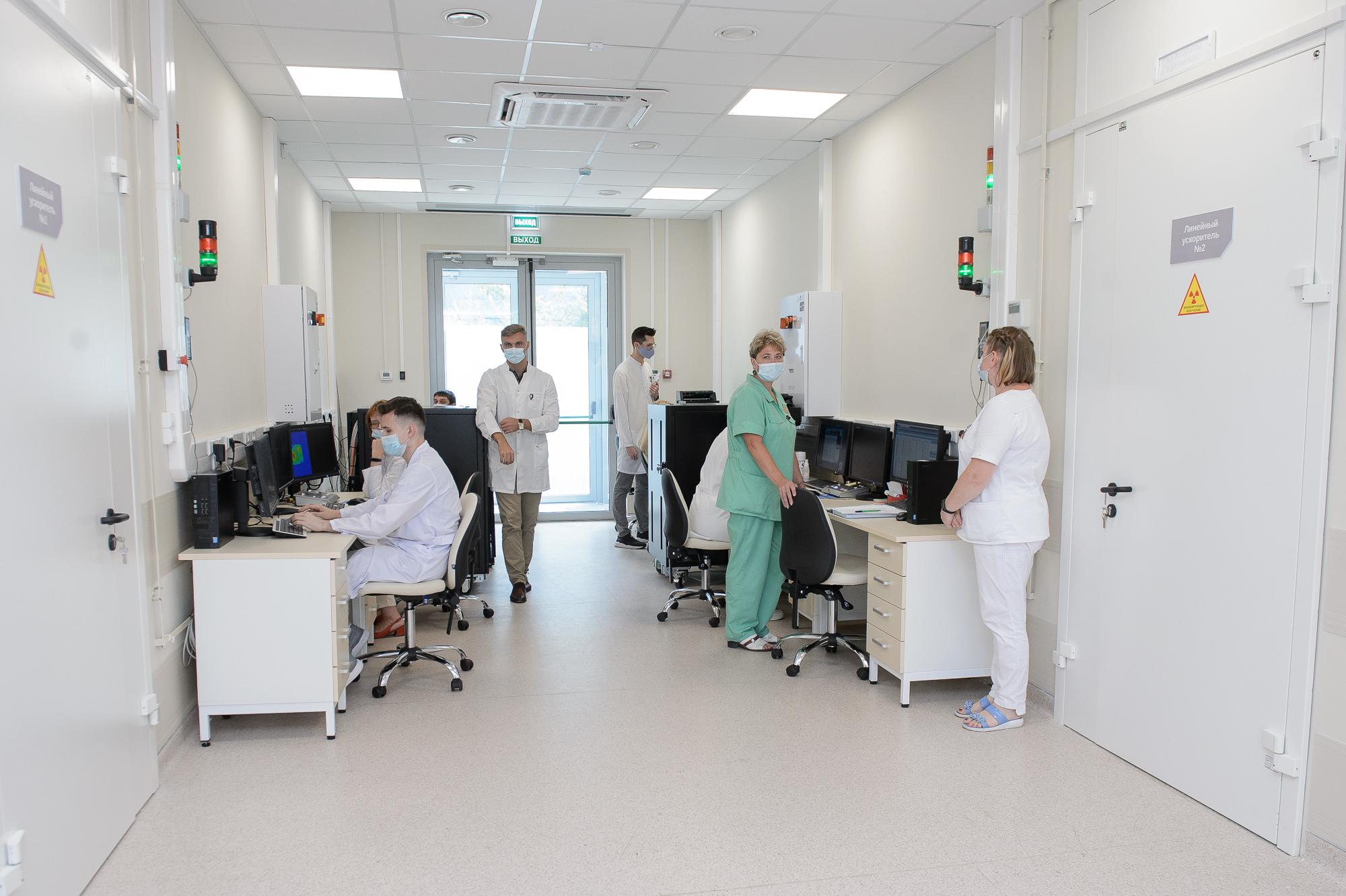 Александр Гусев посетил открывшееся радиотерапевтическое отделение №1 Воронежского областного клинического онкологического диспансера.