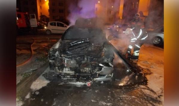 Спасатели потушили автомобили.