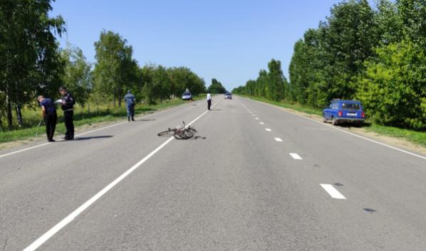 Женщина сбила велосипедиста.