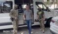 Игоря Житарюка ведут сотрудники ФСБ.