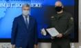 Александр Гусев вручил смелым инкассаторам именные часы.