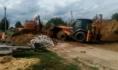 Коммунальщики устраняют крупную коммунальную аварию.