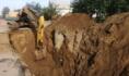 Коммунальщики работают над устранением аварии.