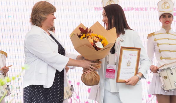 Наталья Ветер вручила награду Людмиле Бородиной.