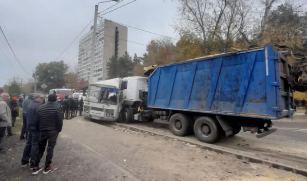 Автобус столкнулся с грузовиком.
