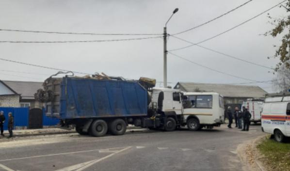 Столкнулись грузовик и маршрутка.