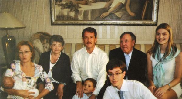 Алексей Гордеев с супругой Татьяной, родителями, сыном Никитой и дочерью Варварой.